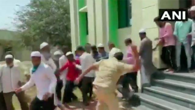 लॉकडाउन का उल्लंघन कर मस्जिद पहुंचे लोग, नमाज के बाद पुलिस ने की पिटाई, देखें VIDEO