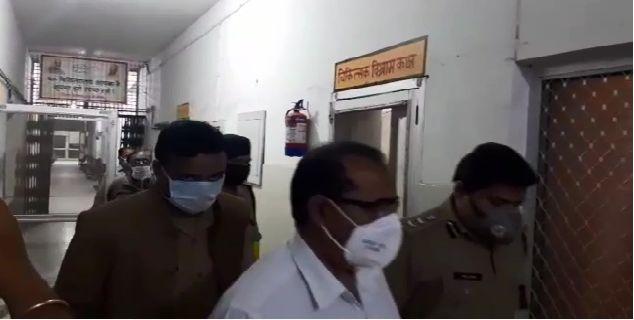 दबंग दुकानदार ने की पुलिसवाले की पिटाई, मारते-मारते तोड़ दिया हाथ