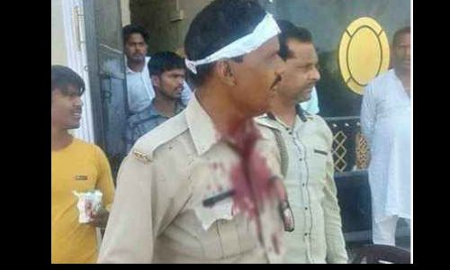 यूपी में नमाज पढ़ रहे तीस लोंगों ने पुलिस पर बोला हमला. दो सिपाही बुरी तरह घायल