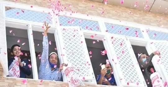यूपी में मुस्लिमों ने पुलिस का फूल बरसाकर किया स्वागत, बोले इस तरह जीतेंगे कोरोना से जंग