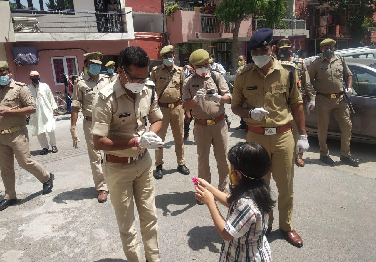 पुलिस व सफाई कर्मियों के सम्मान में लोगों ने थाली व शंख  बजाकर किया स्वागत