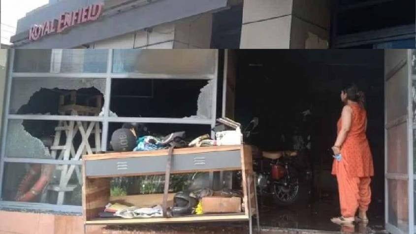 नोएडा में रॉयल इनफील्ड बुलेट बाइक के शोरूम में भीषण आग