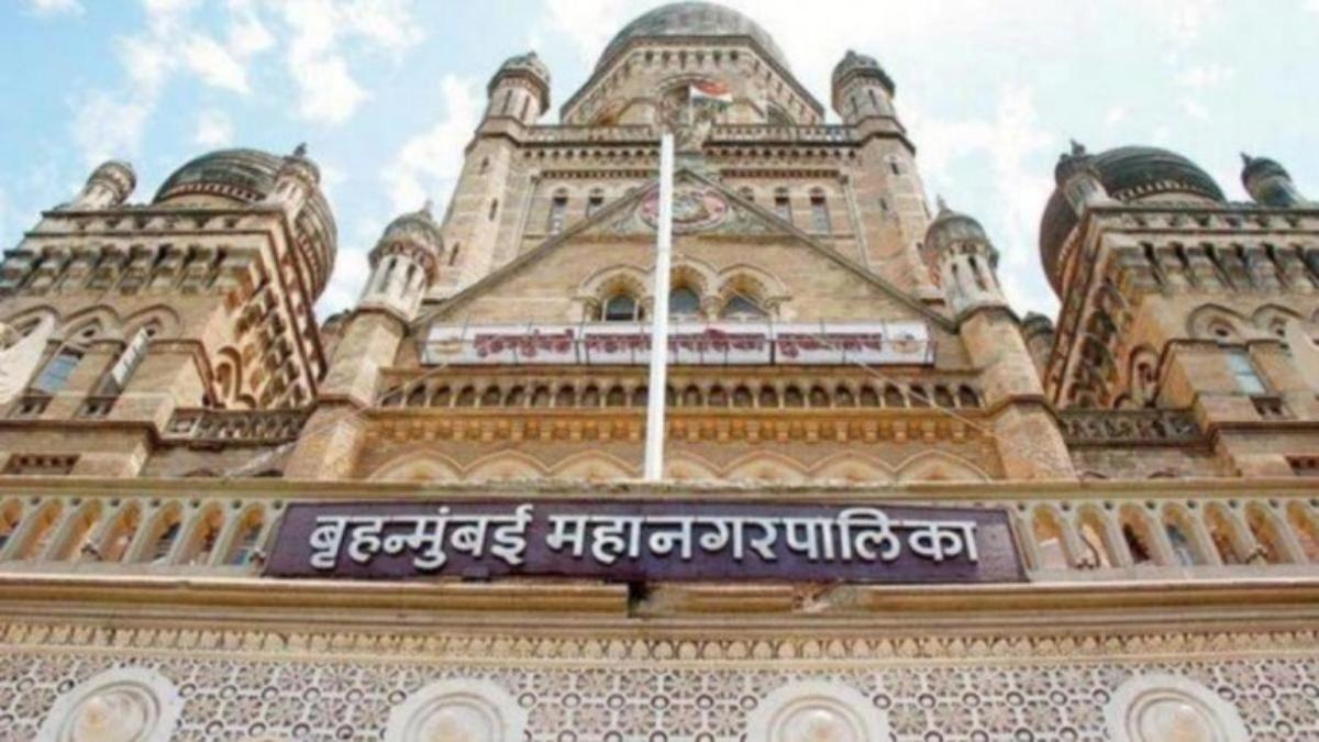 BMC कमिश्नर प्रवीण परदेशी पर गिरी गाज, मुंबई में बढ़ते कोरोना मामलों को लेकर किया गया तबादला
