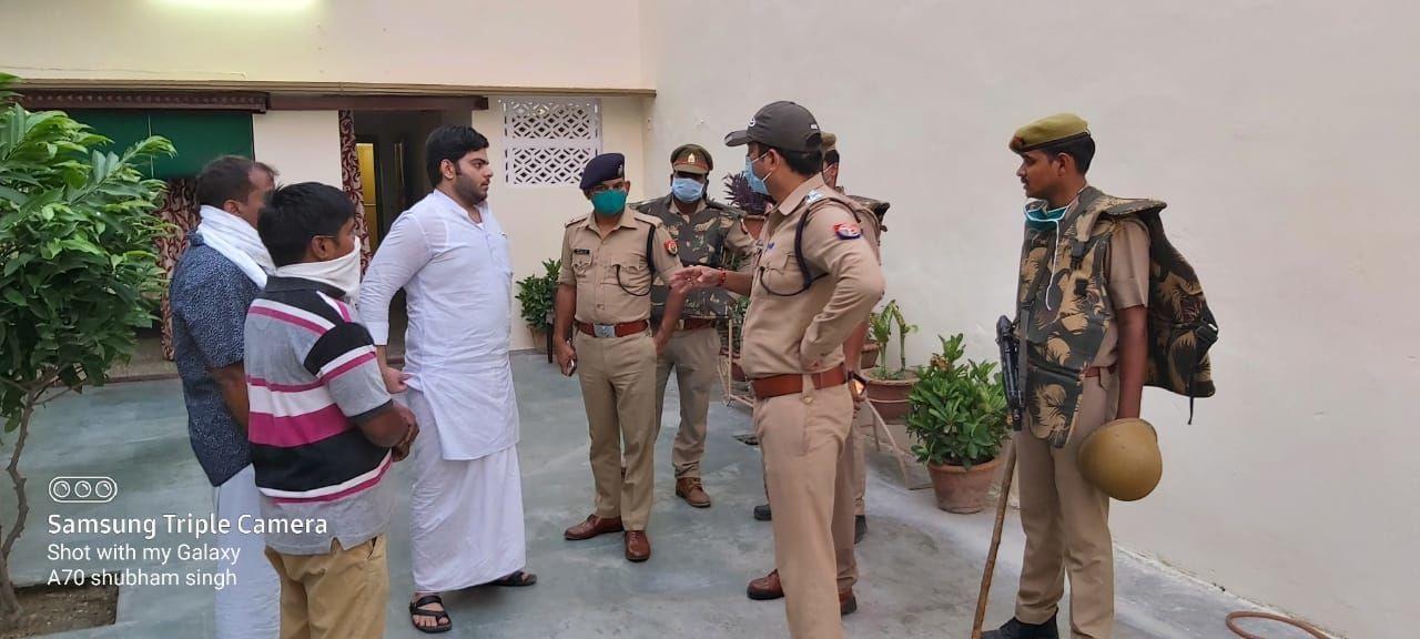 प्रयागराज पुलिस ने दी पूर्व सांसद अतीक अहमद, अशरफ और इमरान के घर पर दबिश