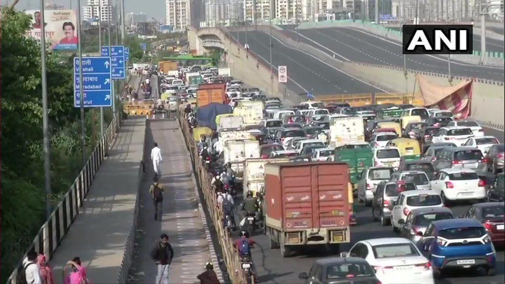दिल्ली-गाजियाबाद बॉर्डर सील, पुलिस की चेकिंग के कारण यूपी गेट पर लगा लंबा जाम