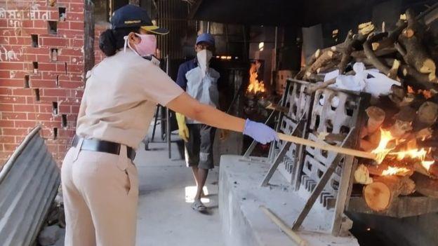 महिला पुलिसकर्मी जो करती हैं परायों का अंतिम संस्कार कोरोना काल में भी, इसको जरुर शेयर करें ताकि हौसलाअफजाई हो