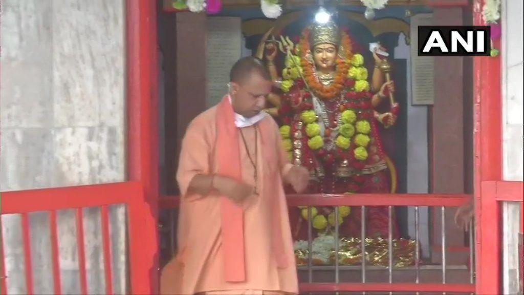 यूपी में भी खुले धार्मिक स्थल, CM योगी ने गोरखनाथ मंदिर में की पूजा