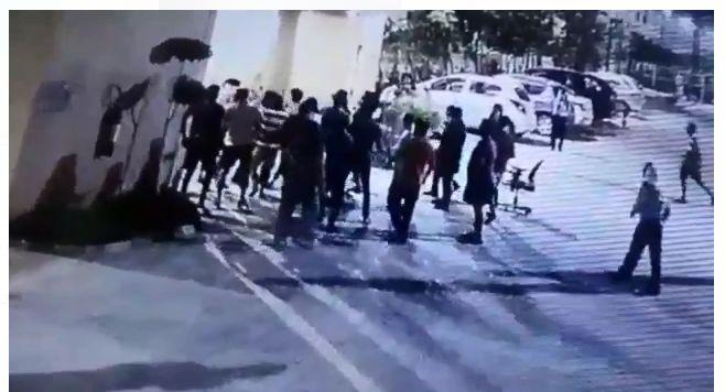 नोएडा: सोसाइटी में घुसकर परिवार से मारपीट का वीडियो वायरल, देखिये वीडियो किस तरह की युवक की पिटाई