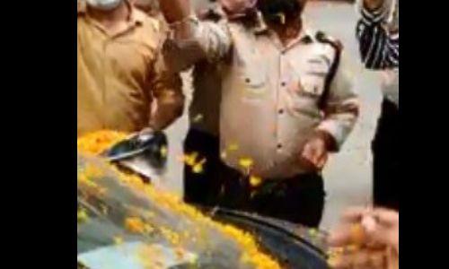 जब गाजियाबाद की एंजल मर्करी सोसाइटी में कोरोना से जीतकर लौटे डॉ मुकेश झा लोंगों ने की फूलों की बरसात