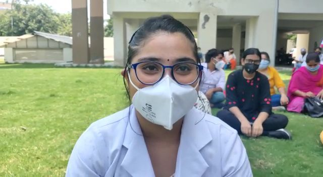 ईएसआई अस्पताल के गेट पर सैकड़ों की तादाद में संविदा कर्मचारी बैठे धरने पर