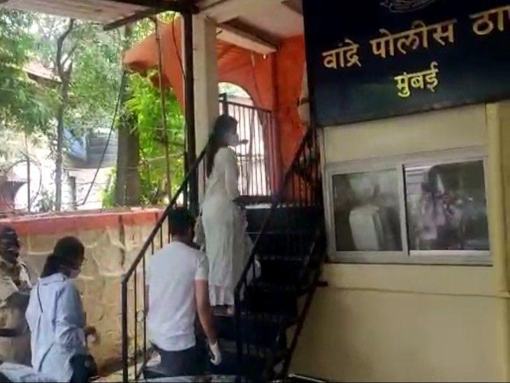 रिया चक्रवर्ती पुलिस स्टेशन पहुंचीं; खुदकुशी से 3 दिन पहले सुशांत ने नौकरों को तनख्वाह दी थी, कहा था- अब पैसे नहीं दे पाएंगे