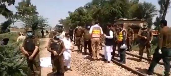 पाकिस्तान में ट्रेन और बस की टक्कर में 19 सिख यात्रियों की मौत, कई घायल.