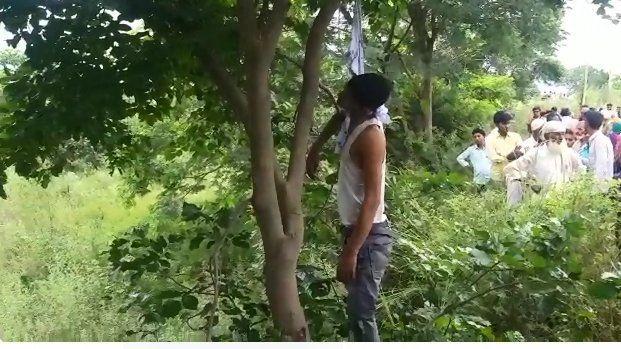 बिजनौर में पेड़ पर लटका मिला युवक का शव