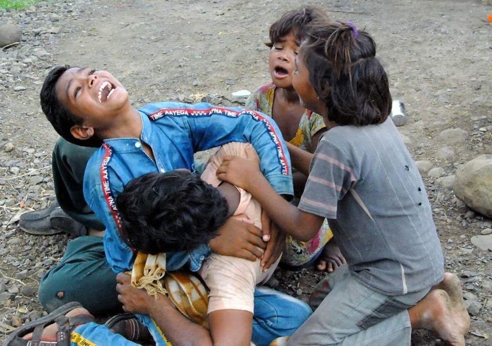 गुना की यह तस्वीर, बच्चों की गोद में बाप की नहीं हैं ,भारत की मरी हुई आत्मा और जनता की है