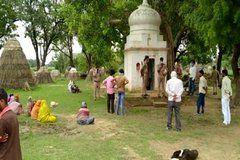 यूपी के कानपुर देहात में मंदिर में जब घुसे सोमवार को श्रद्धालु, तो लडकी लाश लटकती देख उड़ गये होश!