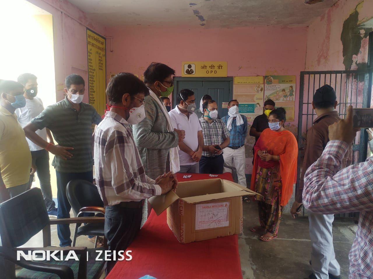 होम्योपैथिक विभाग गौतम बुद्ध नगर के आवाहन पर जेवर विधायक धीरेन्द्र सिंह ने किया आर्सेनिक एल्बम 30 का वितरण