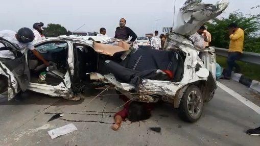 नोएडा में भीषण हादसा, ट्रक की टक्कर से कार के उड़े परखच्चे, दो की मौत दो घायल, मृतिका राखी बांधकर वापस अपने घर आ रही थी