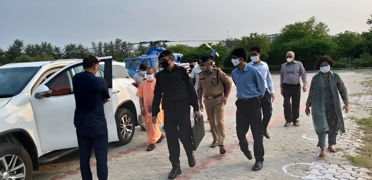 मुख्यमंत्री योगी आदित्यनाथ पहुंचे नोएडा, कोविड-19 अस्पताल का कल करेंगे उद्घाटन
