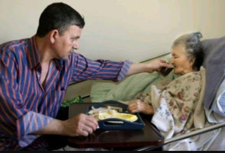 दादी के फरिश्ते: दर्दनाक कहानी ,घर मे कोई नहीं है, मेरी बूढ़ी माँ बीमार है,