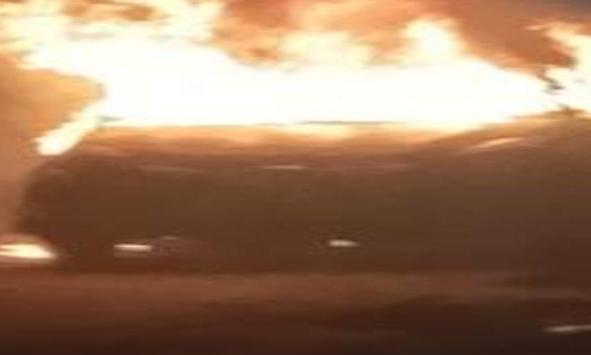 नोएडा : यमुना एक्सप्रेसवे पर चलती कार में लगी भीषण आग