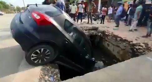 नोएडा में नाले में गिरी कार, देखकर उड़े होश कैसे बचे लोग!