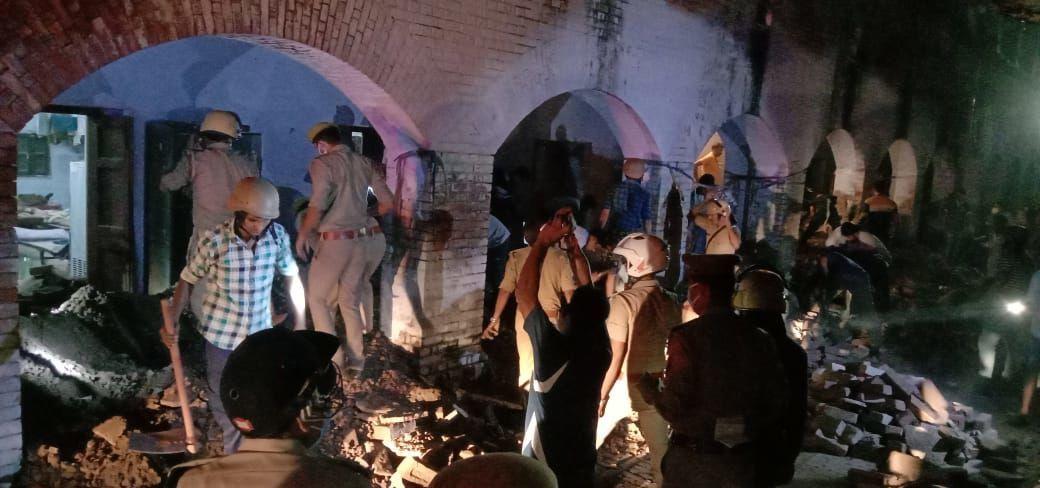 कानपुर में पुलिस लाइन की बैरक की छत गिरी, कई सिपाही दबे होने की आशंका