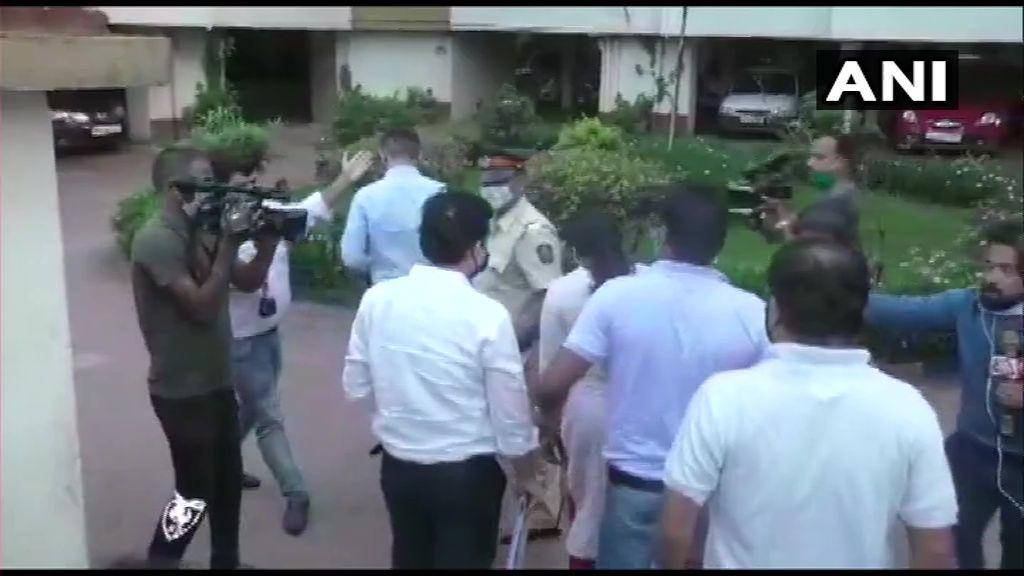 सुशांत केस में ड्रग्स कनेक्शन : रिया और सैमुअल के घर NCB टीम ने मारा छापा, मुंबई पुलिस भी पहुंची