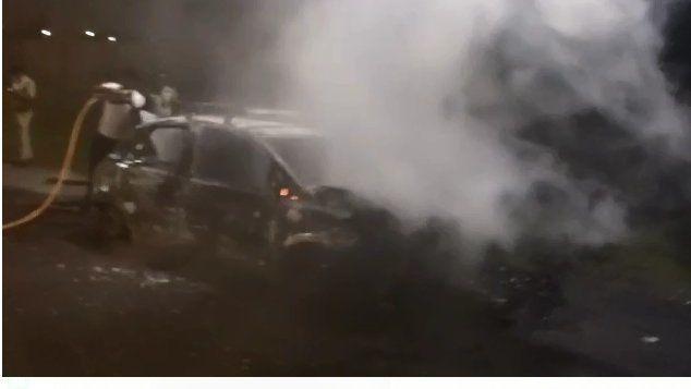 चलती कार में अचानक लगी आग, पूरी जलकर हुई खाक