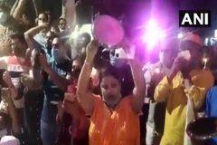 गाजियाबाद में DM ऑफिस के बाहर भूख हड़ताल पर बैठे अभिभावकों ने थाली बजाकर किया विरोध