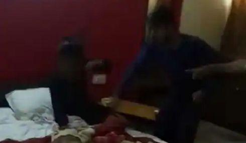 VIDEO: होटल में पत्नी को प्रेमी संग पकड़ा, पहले थप्पड़, फिर 1 मिनट में मारे 31 चप्पल