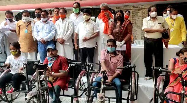 प्रधानमंत्री मोदी के जन्मदिन पर मंत्री नन्दी और महापौर ने दिव्यांगों में बांटे दिव्यांग उपकरण