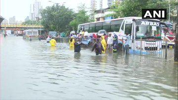 मुंबई में आफत की बारिश, डूबे कई इलाके, दफ्तरों में छुट्टी, सब-वे भरे, लोकल ट्रेन सेवा ठप