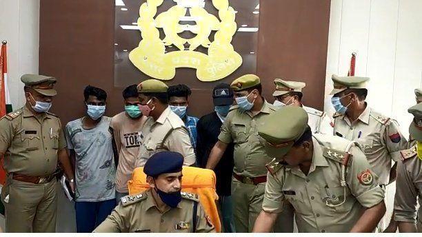 चोरी की जेसीबी मशीन के साथ 4 अभियुक्त गिरफ्तार