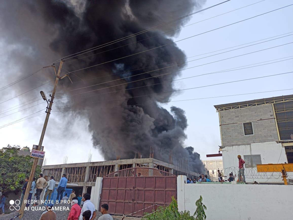 नोएडा: इलेक्ट्रॉनिक्स कंपनी में लगी भीषण आग